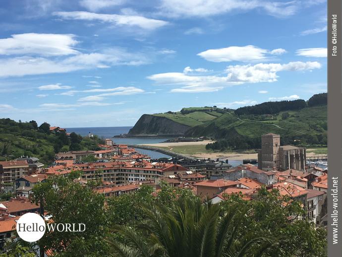 Auf dem Bild sieht man Zumaia, einen Küstenort an der spanischen Nordküste, der an einer Bucht liegt.