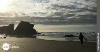 Das Bild von der spanischen Nordküste zeigt den Praia das Catedrais in der Abendsonne.