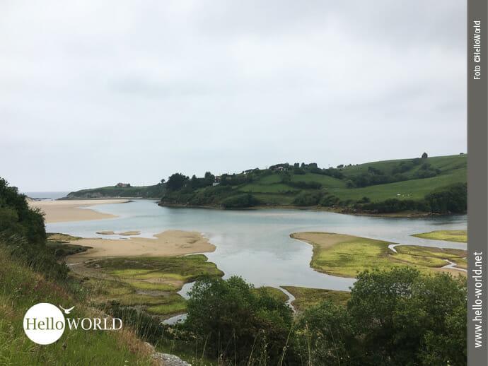 Spanischer Küstenweg zwischen Ebbe und Flut