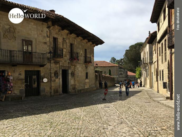 Das Bild zeigt eine Gasse mit alten Steinhäusern in Santillana del Mar, einem kleinen Ort, durch den man bei der zweiten Camino del Norte Etappe kommt.