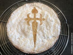 Hier sieht man die Tarta de Santiago mit dem typischen Jakobskreuz als Dekor.