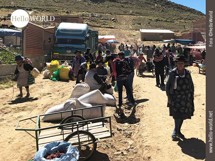 Marktbesucher am Dorfrand in Südamerika