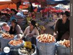 """Typischer """"Freiluftmarkt"""" in Südamerika"""