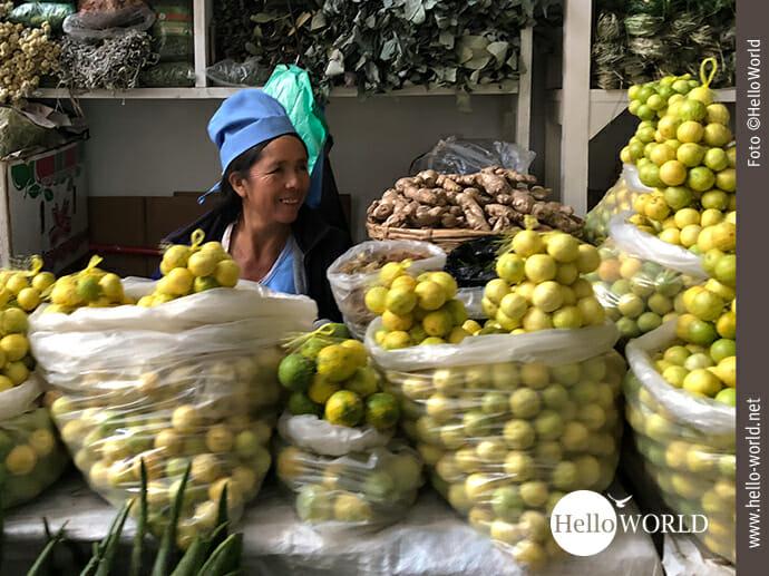 Fröhlich gelaunt: Verkäuferin im Mercado