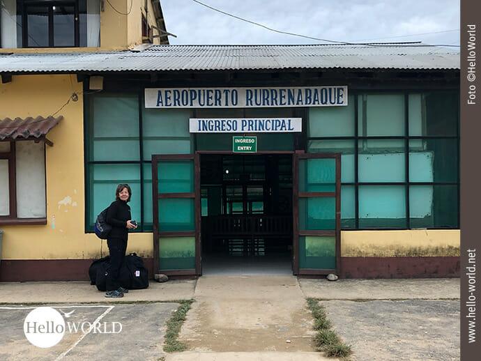 Dieses Bild zeigt Andrea vor dem kleinen Flughafeneingang in Rurrenabaque, Bolivien.
