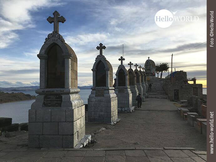 Dieses Bild wurde auf dem Cerro Calvario, Copacabana, Bolivien, aufgenommen und zeigt eine Reihe mit Kreuzen bei Sonnenuntergang.