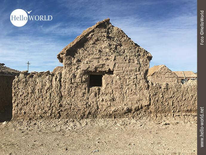 Hausfront in einer bolivianischen Dorfhauptstraße