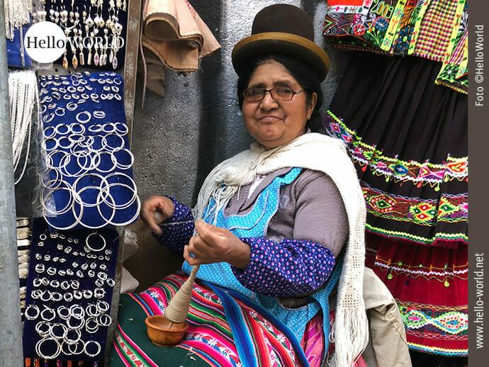 Typisch für Bolivien: Frau mit Bowler-Hut