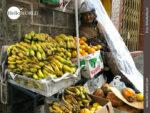 Trotzt dem Regen: Obstverkäuferin am Straßenrand