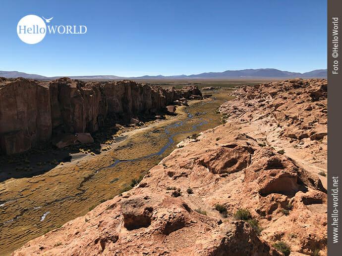 Steile Felswände säumen den Flußlauf