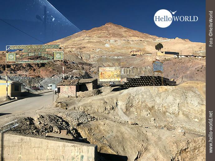 Das Bild aus Bolivien, Südamerika, zeigt den Berg Cerro Rico bei Potosi mit der Einfahrt zur Silbermine.