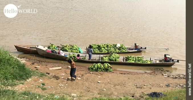 Dieses Bild aus Bolivien wurde am Ufer von Rurrenabaque aufgenommen und zeigt zwei Boote mit Bananen beladen.