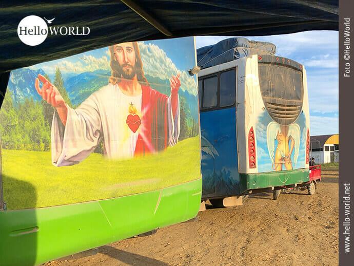 Dieses Bild aus Bolivien wurde am Busterminal in Rurrenabaque aufgenommen und zeigt die Rückseite von zwei Bussen, die mit Jesus bzw. einem erotischen Engel bemalt sind.