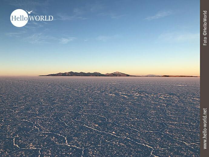 Das Bild aus Bolivien entstand in der Salar de Uyuni und zeigt den strukturierten Boden der Salzwüste, der den Sonnenaufgang spiegelt.