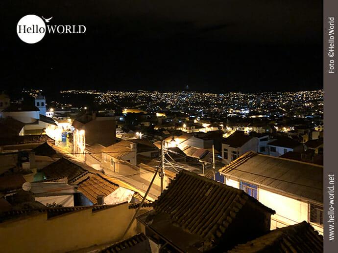 Das Bild aus Sucre, Bolivien, zeigt den Blick über die Dächer der Stadt bei Dunkelheit.