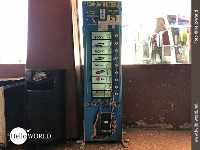 Handyladegerät in der Busstation von Sucre