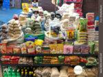 Allerlei Nahrungsmittel werden auf der Straße verkauft.