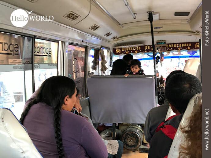 Dieses Bild von unserem Abenteuer 100 Tage Südamerika zeigt den Innenraum eines Minibusses mit seinen Fahrgästen, u.a. ein kleines Kind.