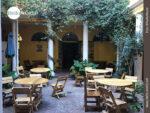 Der idyllische Innenhof, in dem nicht nur das Mittagessen serviert wird.