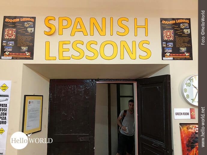 """Das Bild aus Sucre, Südamerika, zeigt den Eingang der Sprachschule mit dem Schriftzug """"Spanish Lessons"""" und eine Türe."""