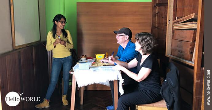 Das Bild aus einer Sprachschule in Sucre, Südamerika zeigt Andrea und Nico mit ihrer Lehrerin im Klassenraum.