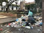 Die Müllberge am Straßenrand nehmen sichtlich zu.
