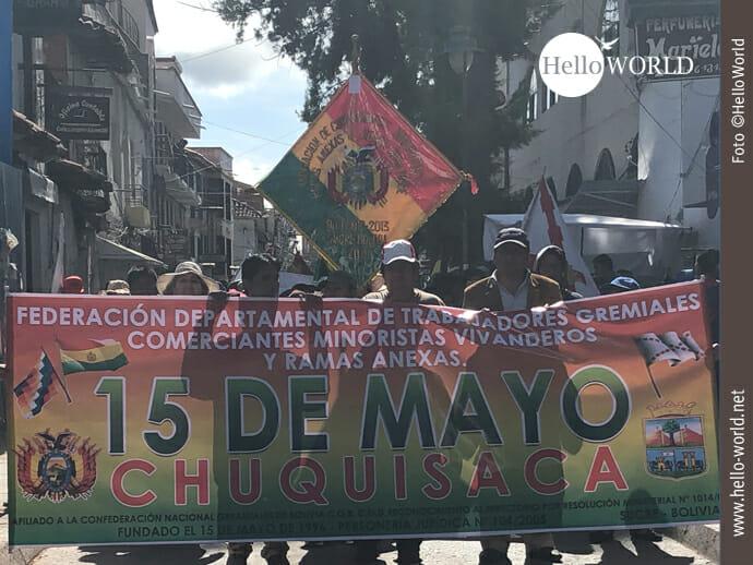Mitglieder von Collectiven und Syndicaten streiken tagelang auf Sucres Straßen.