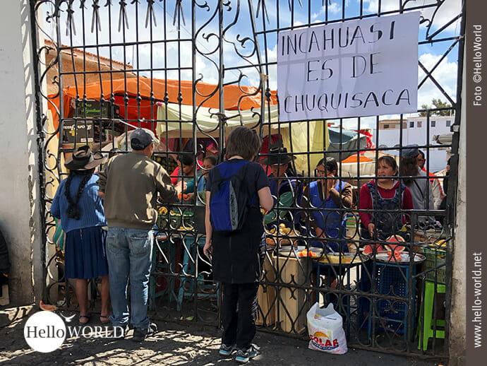 Das Bild aus Sucre, Südamerika, zeigt die großen Gittertore des Mercado Central durch die die Marktfrauen während des Streiks ihre Waren verkaufen.