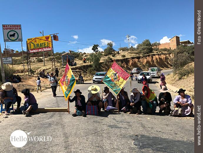 Das Bild zeigt Demonstranten in Bolivien, die die Straße vom Flughafen nach Sucre blockieren.
