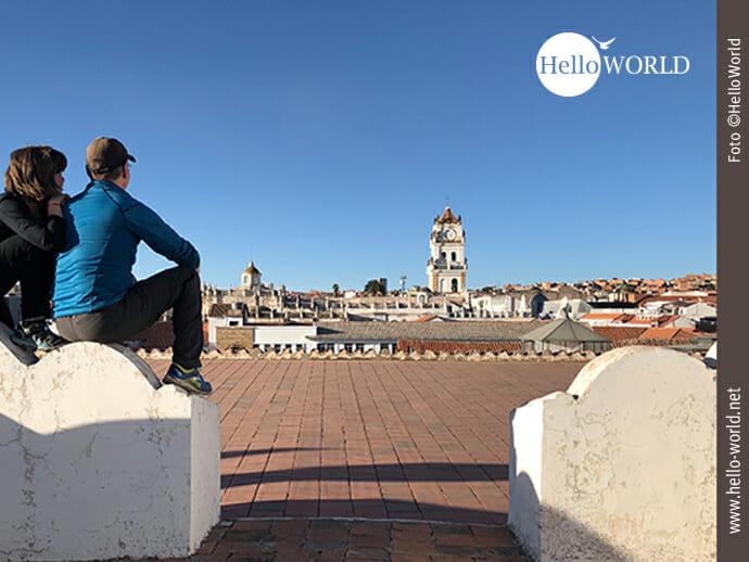 """Das Bild vom """"Abenteuer 100 Tage Südamerika"""" zeigt eine Momentaufnahme von den Dächern des Klosters San Felipe de Neri mit dem großen Kirchturm im Hintergrund."""