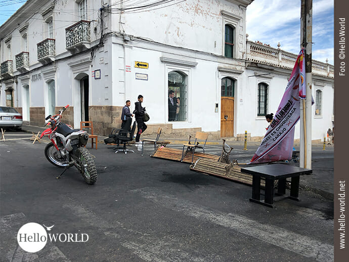 Bänke, Tische, Stühle: alles dient den Straßenblockaden.
