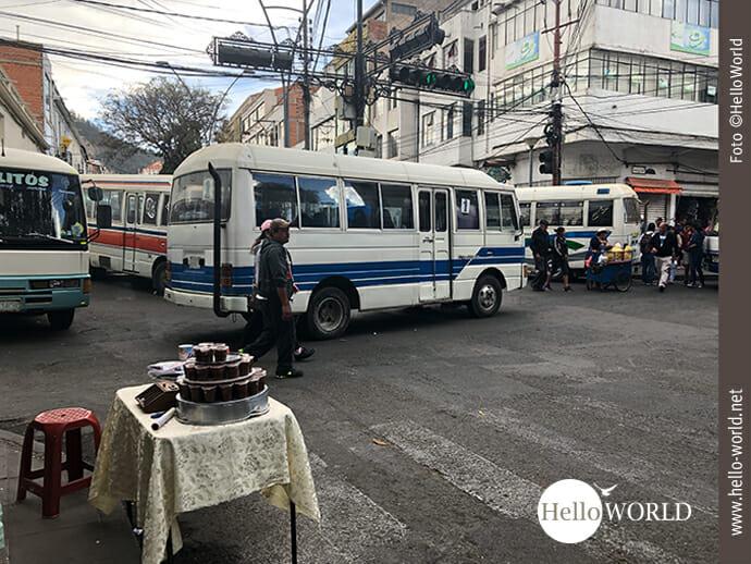 Kreuz und quer stehen die Busse auf den Straßen.