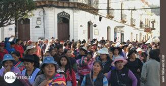 Das Bild aus Südamerika zeigt Menschenmassen, die sich im Zentrum Sucres in Bolivien versammeln.