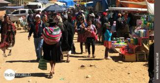 Das Bild aus Südamerika zeigt eine Straßenszene vom Sonntagsmarkt in Tarabuco.