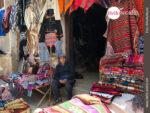 Ponchos, Mützen, Schals: landestypische Kleidung