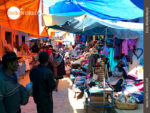 Voller Marktstände: Gasse in Tarabuco
