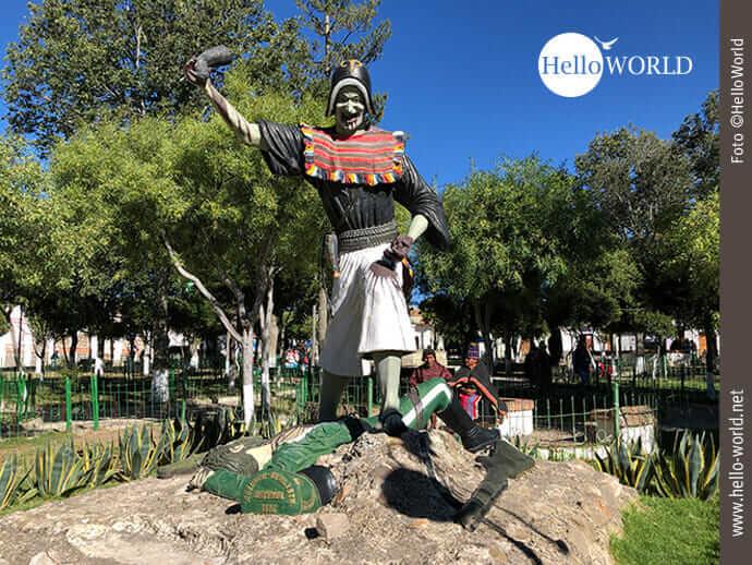 Das Bild aus Bolivien zeigt die Statue eines Tarabucan-Krieger, der über einem spanischen Soldaten steht und so an den Sieg der Schlacht von Jumbate erinnern soll.