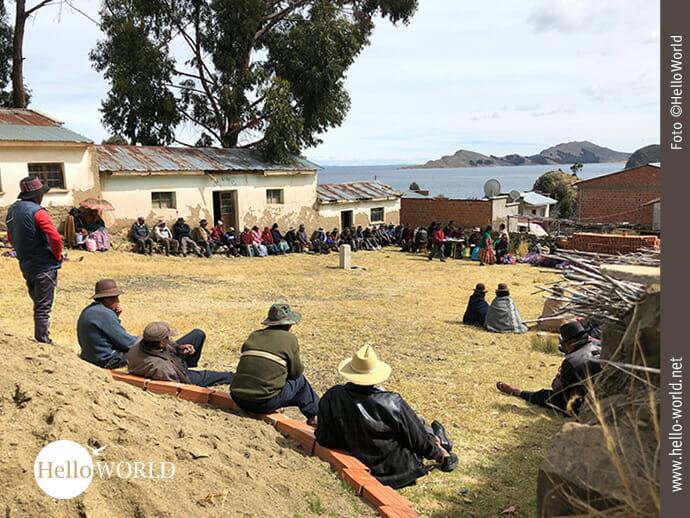 Diese Aufnahme zeigt eine Versammlung von Bolivianern auf einem Dorfplatz.