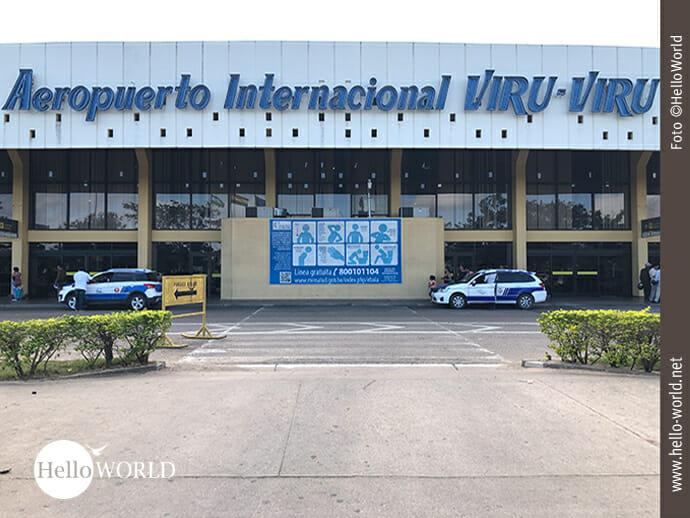 Das Bild wurde in Südamerika am Flughafen VIRU-VIRU in Santa Cruz, Bolivien, aufgenommen und zeigt den Eingang mit Taxis vor der Türe.
