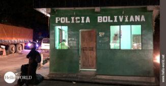 Das Bild aus Bolivien zeigt ein grünes Polizeihäuschen, das in Yolosita steht und mit Policia Boliviana beschriftet ist.