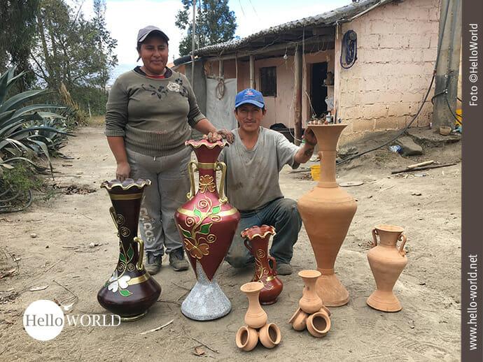 Das Bild aus Ecuador zeigt ein Mann und eine Frau, die vor ihren handgetöpferten Vasen stehen.