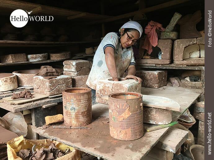 Fleißige Hände: Ecuadorianerin in der Töpferei