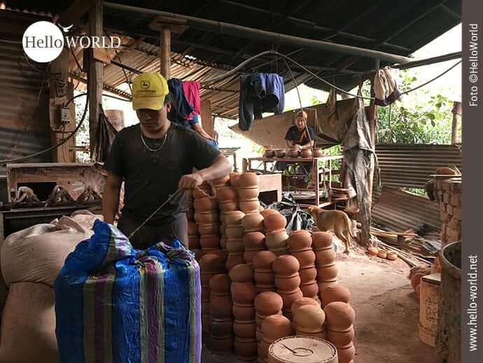 Versandfertig: Töpferwaren in Ecuador