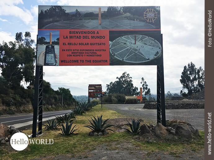 Dieses Bild aus Ecuador wurde in der Nähe des Denkmals Quitsato aufgenommen und zeigt ein großes Willkommensplakat mit Abbildungen des Denkmals.