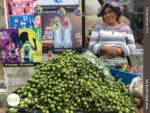 Freundlich: Obstverkäuferin in Ecuador