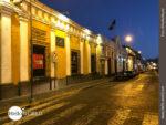Straßenzeile in Arequipa bei Nacht