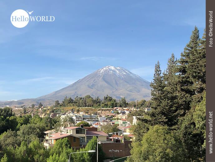 Dieses Bild wurde in Arequipa, Peru, aufgenommen und zeigt den Blick auf den Vulkan Misti, das Wahrzeichen der Stadt.