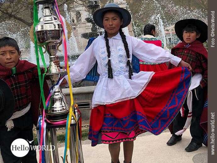 Stolze Präsentation eines Pokals beim Volksfest