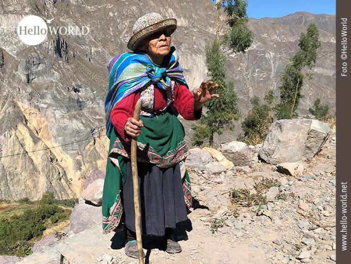 Pfadfinder im Colca Canyon: die alte Peruanerin