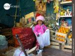 Kleine Helferin im Dorfladen ihrer Mutter